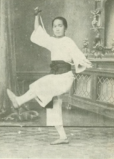 Mok Kwai Lan demonstrating the flying plummet, one of Wong Fei Hung's signature skills.  Source.  Real Kung Fu Vol. 1 Num. 7